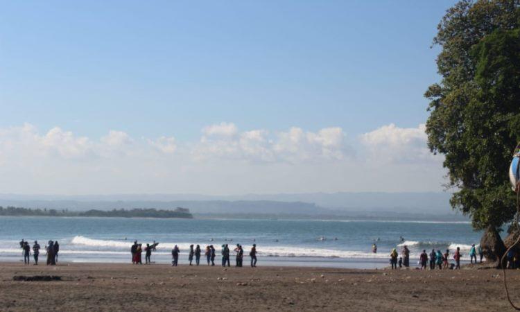 Pantai yang Memiliki Fasilitas Pendukung Memadai