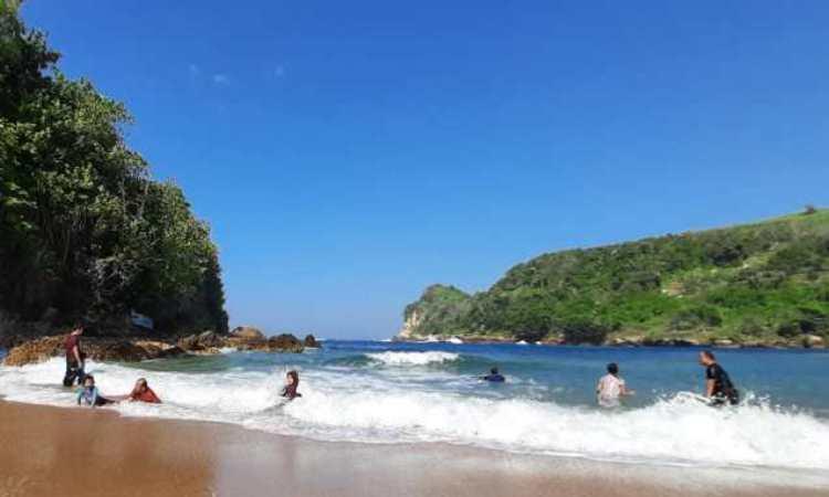 Kegiatan di Pantai Pangi