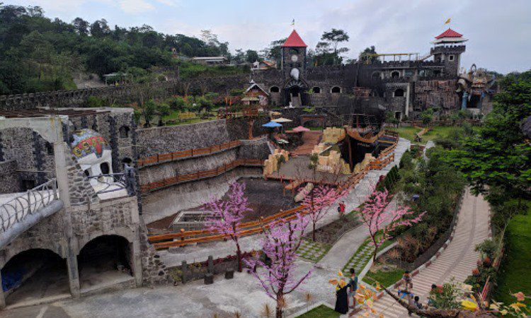 Daya Tarik The Lost World Castle