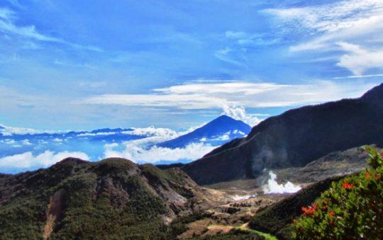 Gunung Papandayan, Taman Wisata Alam Favorit Pendaki di Garut