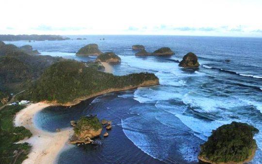 Pantai Watu Leter, Pesona Pantai Indah & Panorama Hutan Bakau di Malang